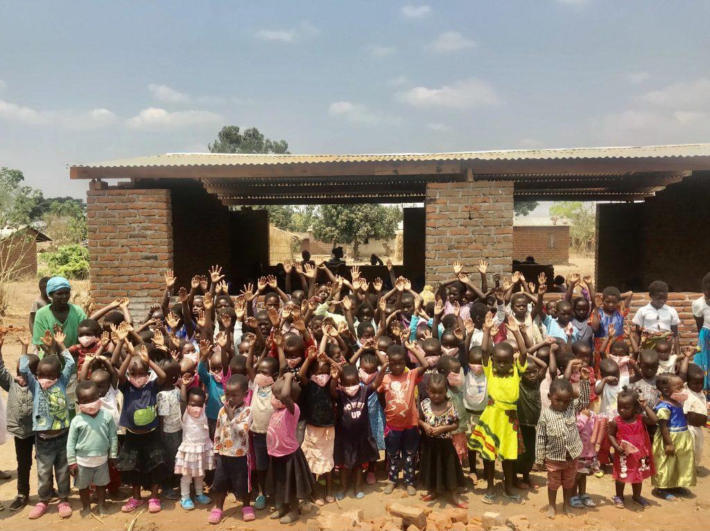 Kinderen zijn blij met de opening van de school.